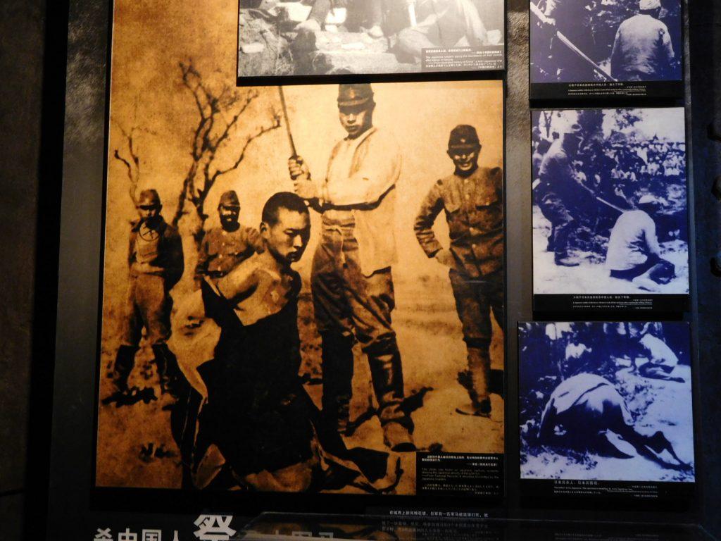 日本軍による百人切り競争の様子(南京大虐殺記念館)