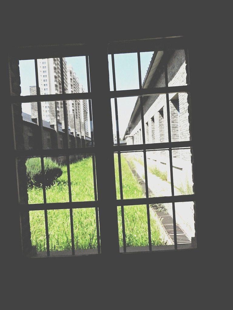 撫順戦犯管理所の窓