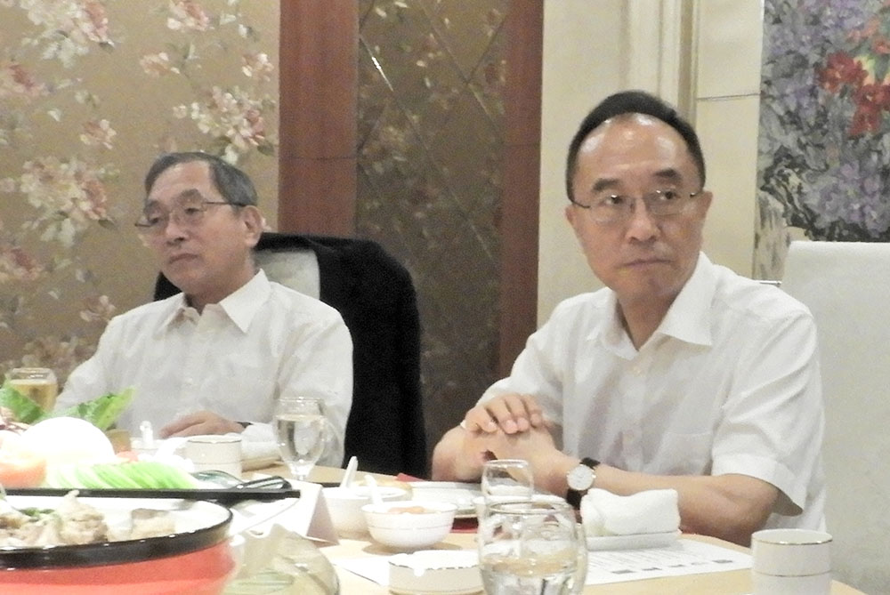 遼寧省総工会の楊忠林主席(右)