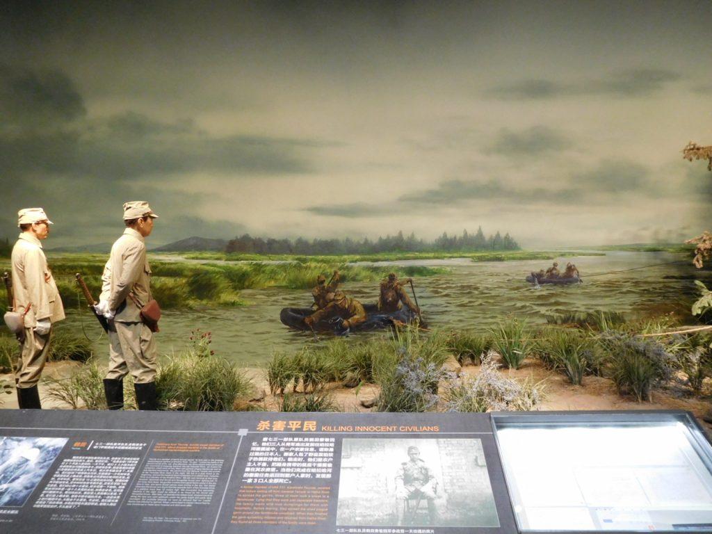 細菌を川に撒く日本軍(哈爾浜の731陳列館)