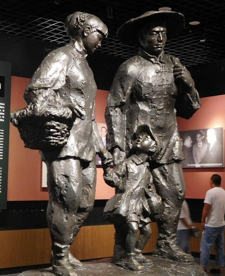 「養父母の像」((9・18歴史記念館)
