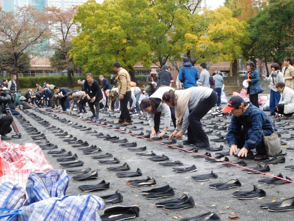 靴並べを行う中国からの参加者