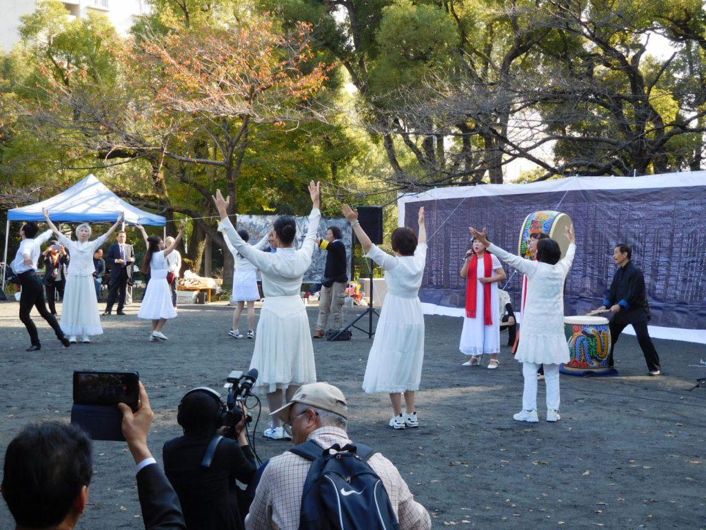 追悼の歌唱、舞踊と演奏