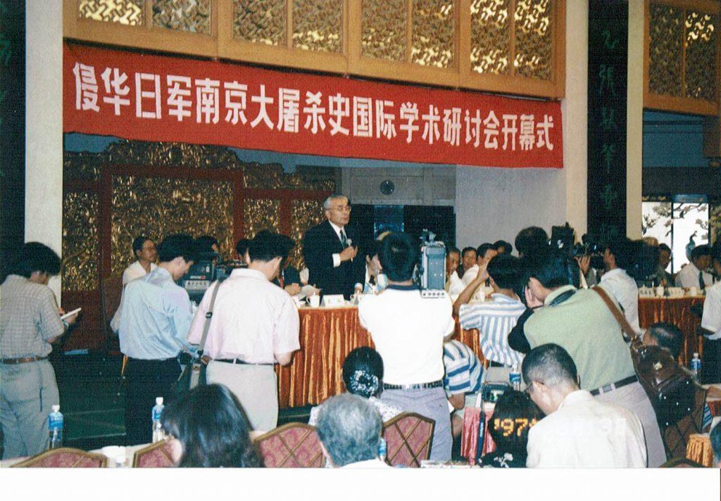 侵華日軍南京大虐殺史国際学術シンポジウム(1997 年8月南京)で発言する平坂さん