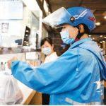 四川省成都市のある飲食店で配達する料理を受け取るネット注文配達員