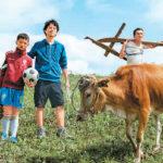 ドキュメンタリー「走近大涼山」の中で男児と肩を組む竹内氏